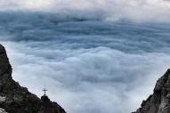 Wolken neben Kreuz