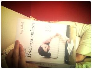 Lesend im Bett
